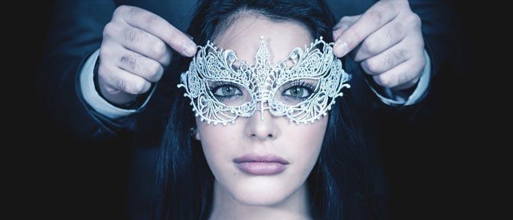 Diskrete Frau mit Maske