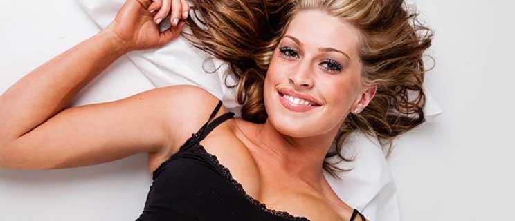 Erotische Frau im Bett